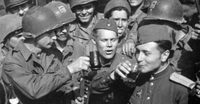 Au arătat lumii cum se petrece cu adevărat! Rusia a terminat toată Vodka sărbătorind sfârșitul celui de-Al Doilea Război Mondial