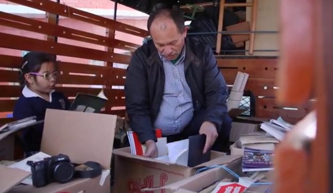 """""""Lordul cărților"""", un gunoier care a construit o uriașă bibliotecă gratuită din cărți aruncate"""